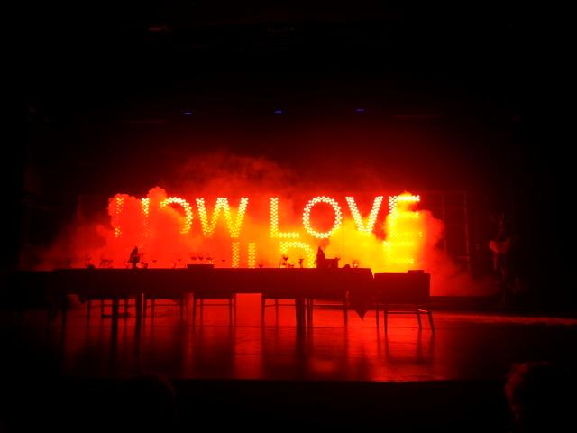 Leuchtschrift auf Bühne